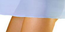 Beine mit blauem Kleid